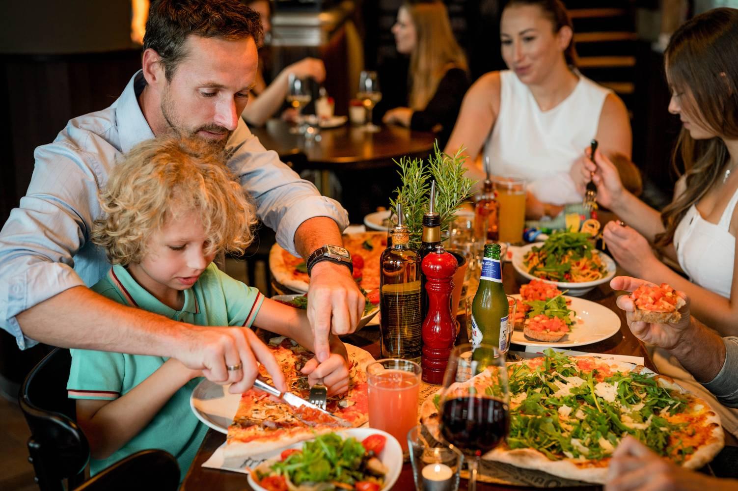 Restaurantbesuch mit Freunden und der Familie